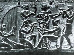 Autre représentation d'instrument à cordes et manche, dans l'art grec (images rassemblées par SHLOMO PESTCOE pour son site http://www.shlomomusic.com/)