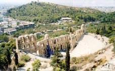 Le théâtre d'Hérode Atticus de l'époque romaine, vu de l'Acropole, à droite du théâtre de Dionysos. -Photo P.L