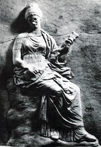 Muse jouant de la pandoura (le manche est brisé) - détail d'une base sculptée de statue, découverte à Mantinée. Vers 320 av. J.-C., Athènes, Musée Archéologique National.