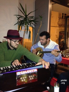 Au Kalostrape (Petit Bayonne). Harmonium indien et bouzouki grec avec Txomin et Niko.